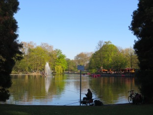Fishing and paddle-boating on the lake in the Volksgarten