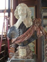 Possibly even more ridiculous kingly statue