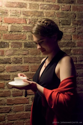 Reading the future in my (delicious) cup of tea. Photo by Johannes Hjorth (http://photo.johanneshjorth.se/st-johns-may-ball/)